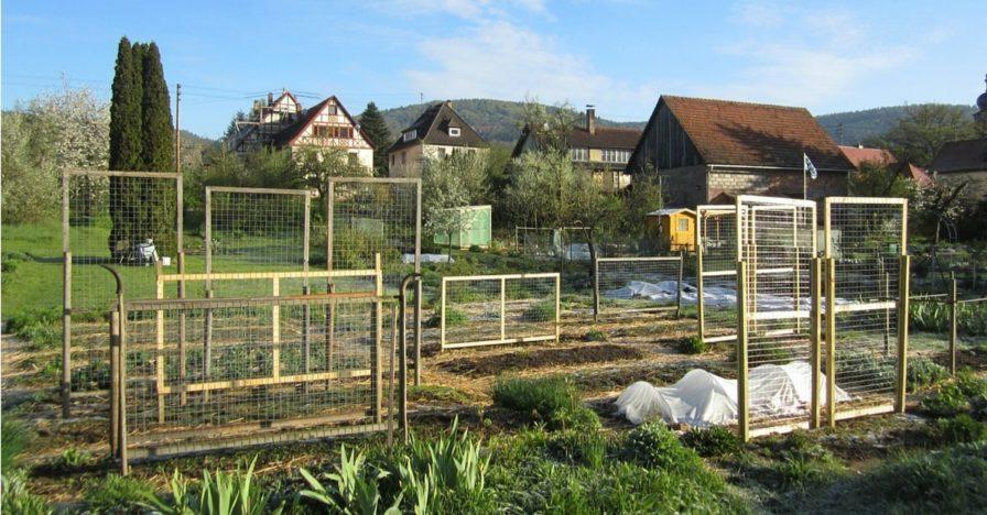 Gesamtansicht über die Rankhilfen im Biogarten Füllhorn