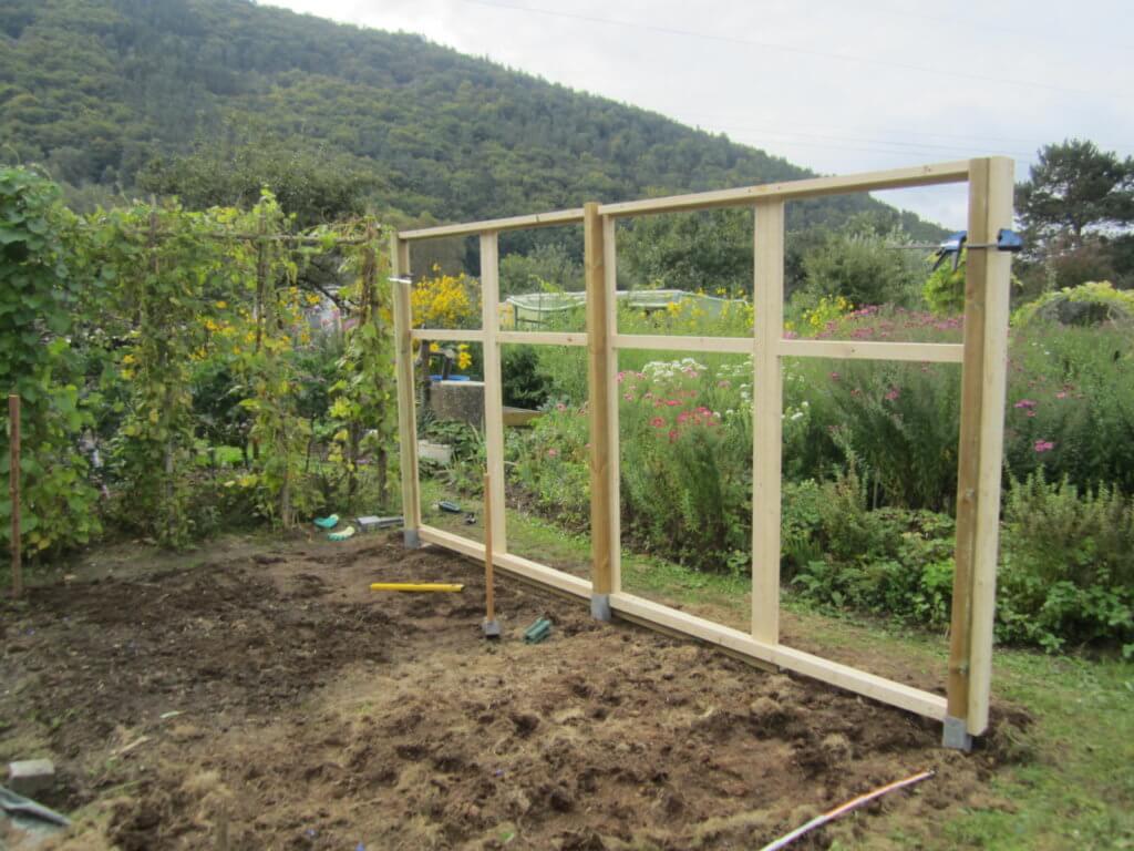 Längsseite des Tomatenhaus steht