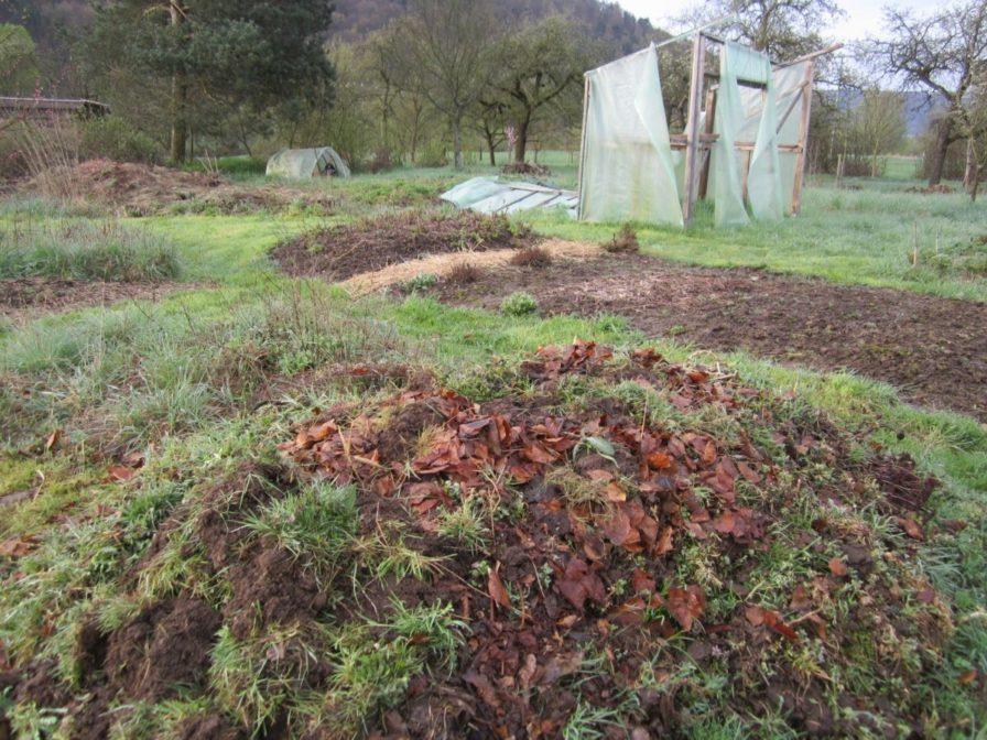 Neuer Komposthaufen im April