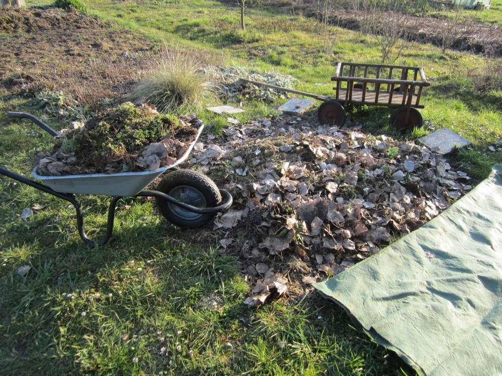 Dieser Stapelkompost wird nun abgedeckt mit Kompostvlies